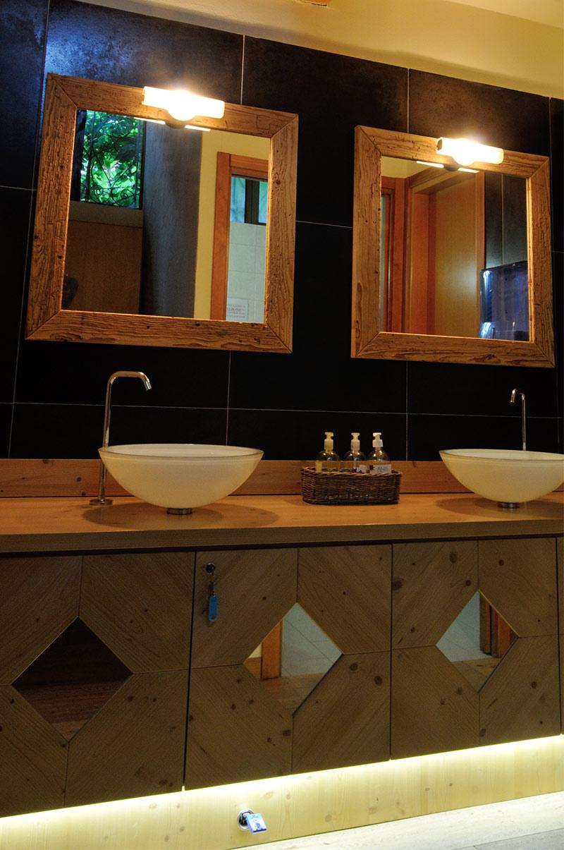 Arredamento bagno in legno sergio lazzaroni for Arredamenti da bagno