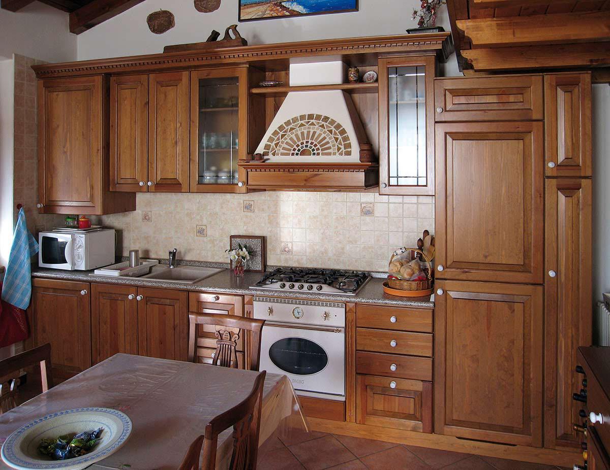 Arredamento cucina in legno sergio lazzaroni for Arredamento in legno