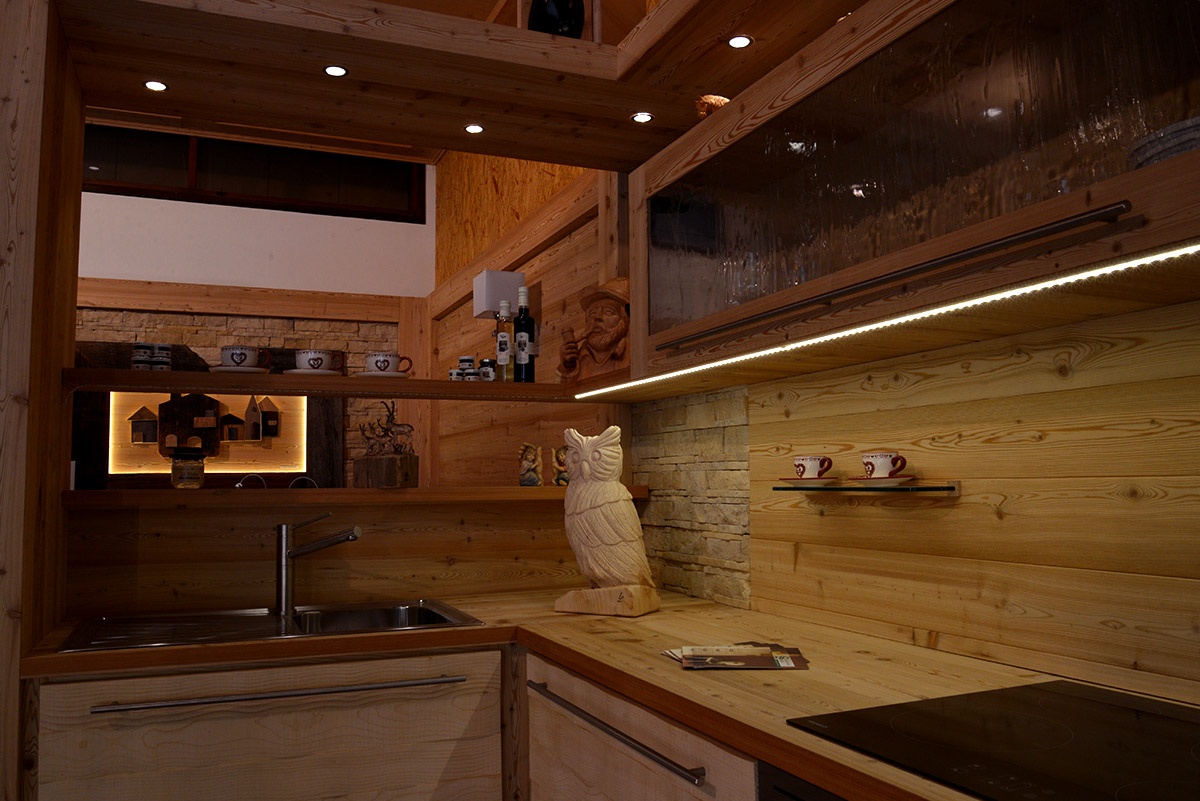 Arredamento cucina in legno sergio lazzaroni - Cucina in poco spazio ...